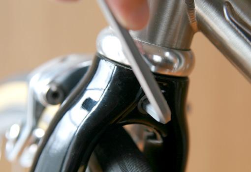 ブレーキの軸ボルトを緩める