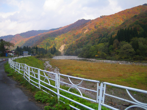 伝承館前の寒河江川