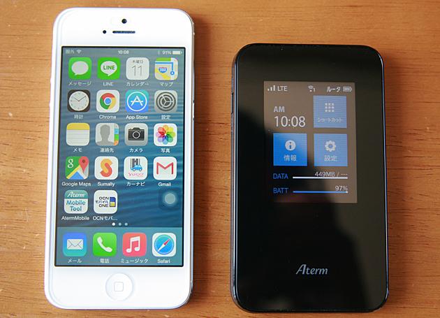 モバイルルーターとiPhone5を並べた画像