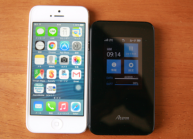 AtermMR03LNとiPhone5を並べた画像