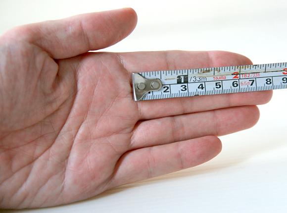 中指の長さを採寸している画像