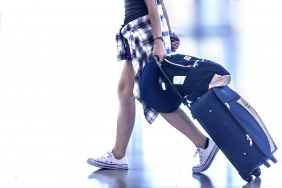 スーツケースを引いている女性の画像