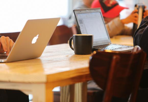 カフェでノートパソコンを使っている画像