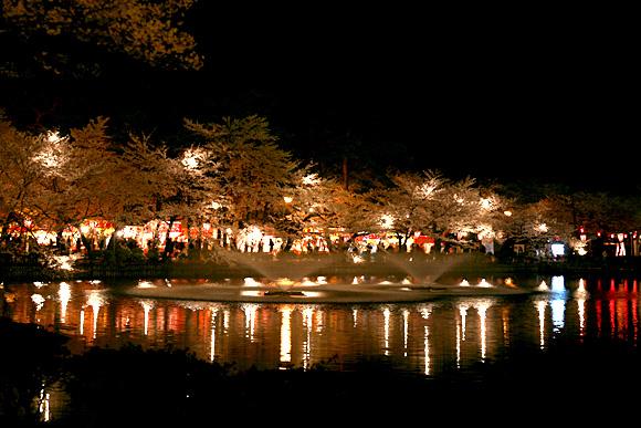 高田公園のお堀の噴水と出店