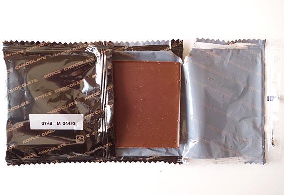ロイズ 板チョコレート[ミルク]の袋開封