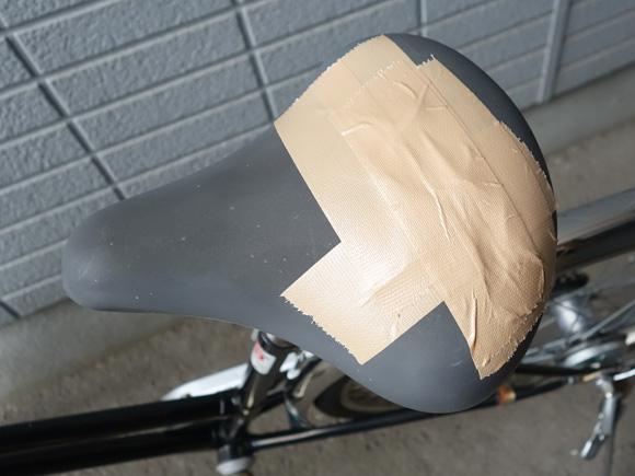 破れ部分を布テープで補修